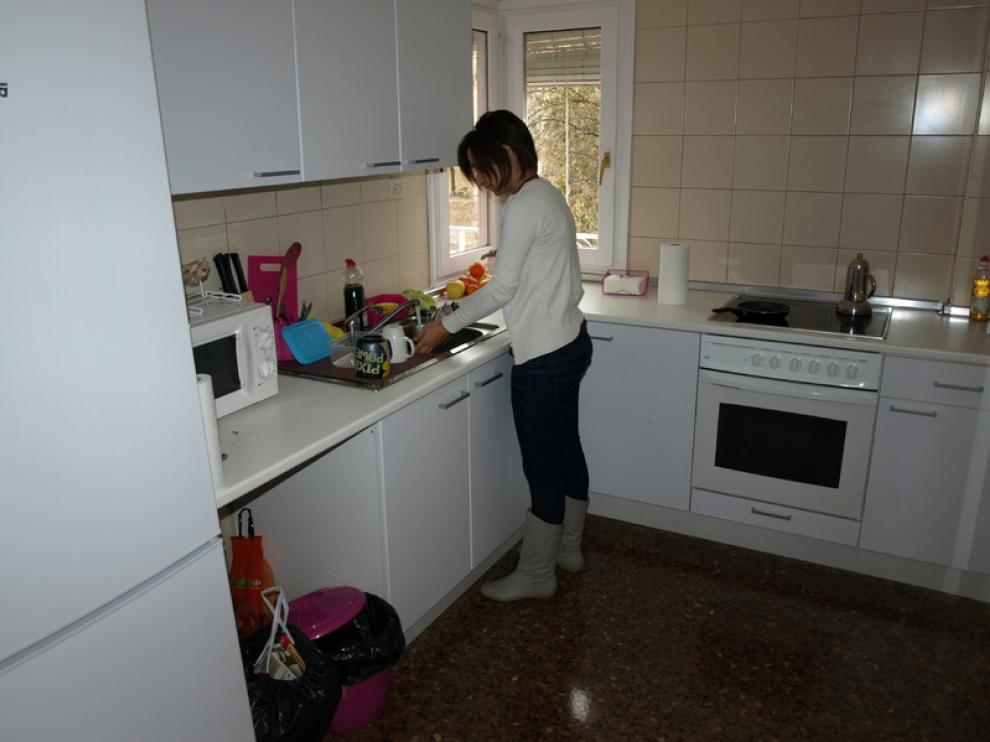 Una de las estudiantes, en la cocina de su piso