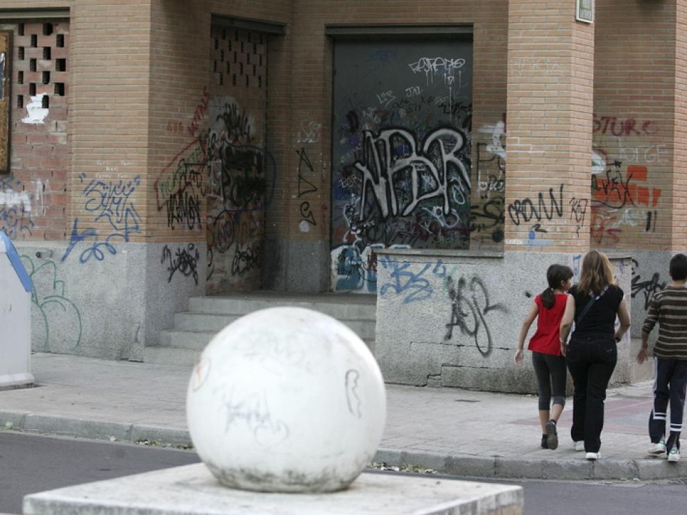 Este rincón del Paseo de las Autonomías aparece siempre plagado de pintadas.