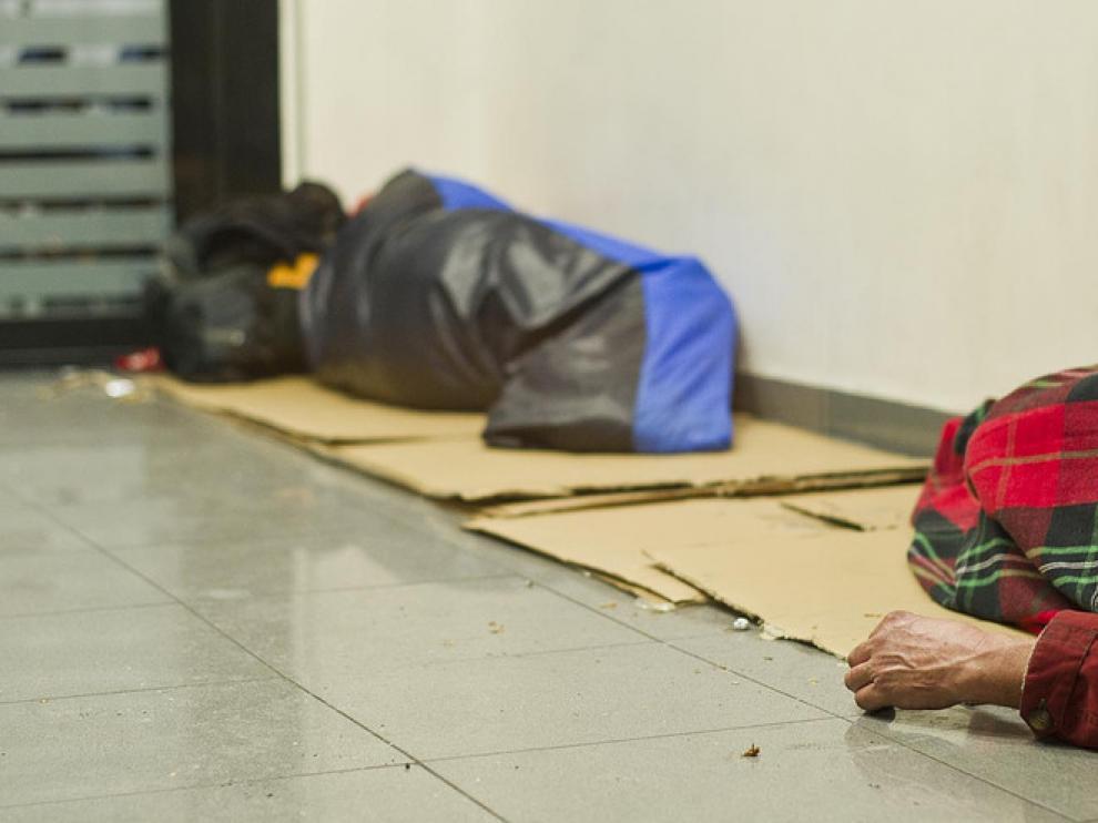 Cientos de cajeros de toda España se llenan por la noche de gente sin hogar