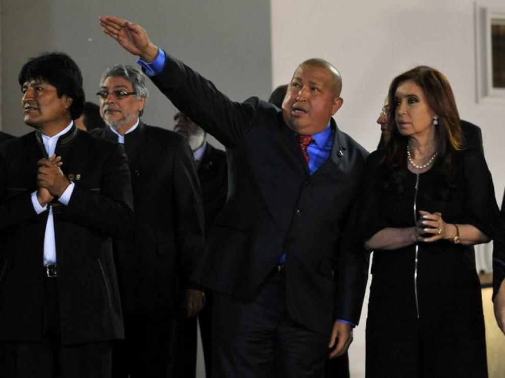 Cristina Fernández junto a Hugo Chávez, en la foto de familia de la cumbre