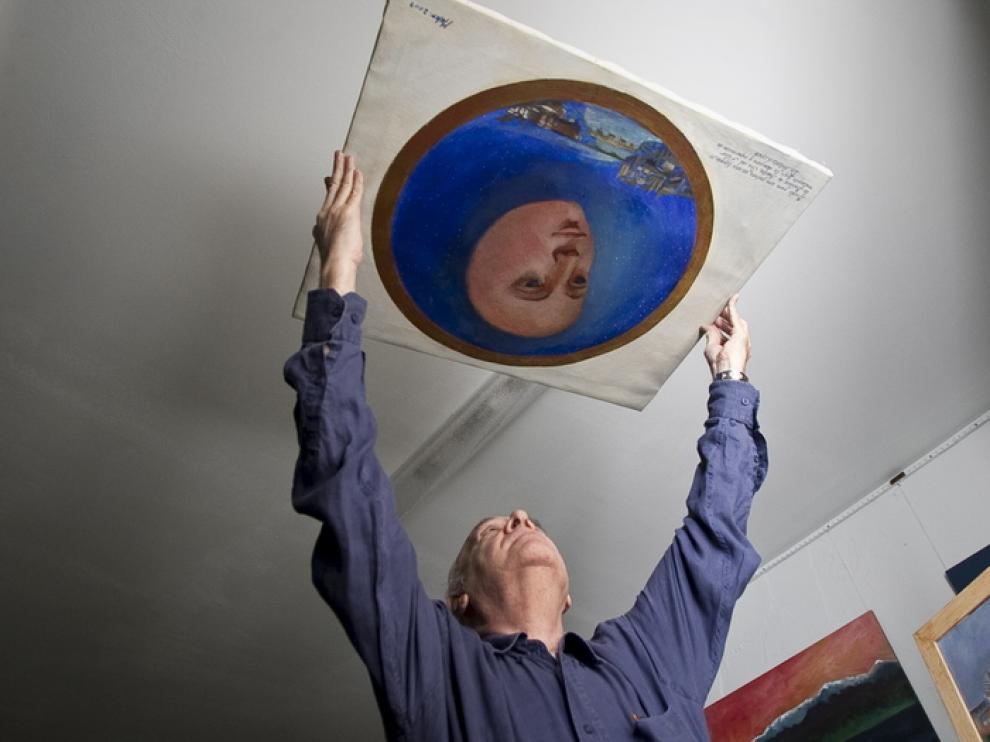 Antonio López, con el boceto para la cúpula del Pilar.