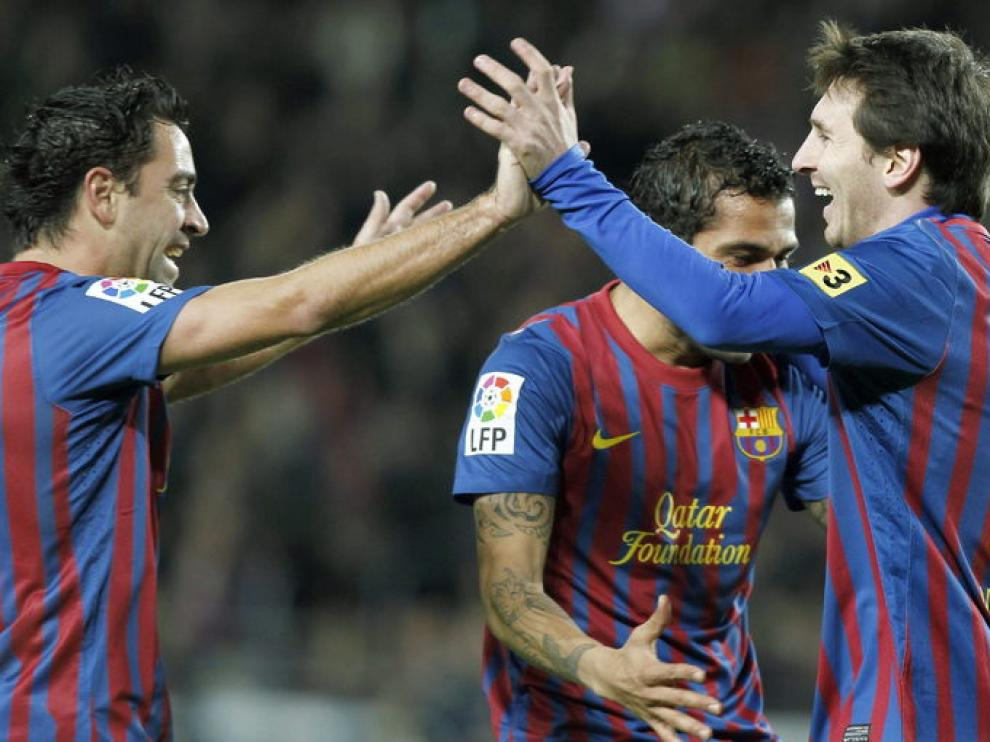 Leo Messi celebra un gol con Xavi Hernández