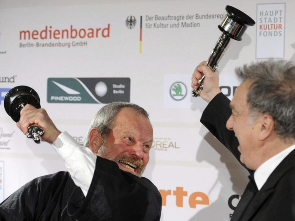 Terry Guilliam y Stephen Fears tras recibir sus galardones en la gala del Cine Europeo