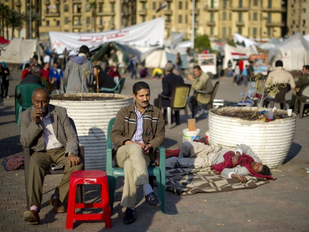 Dos hombres toman te en la plaza Tahrir