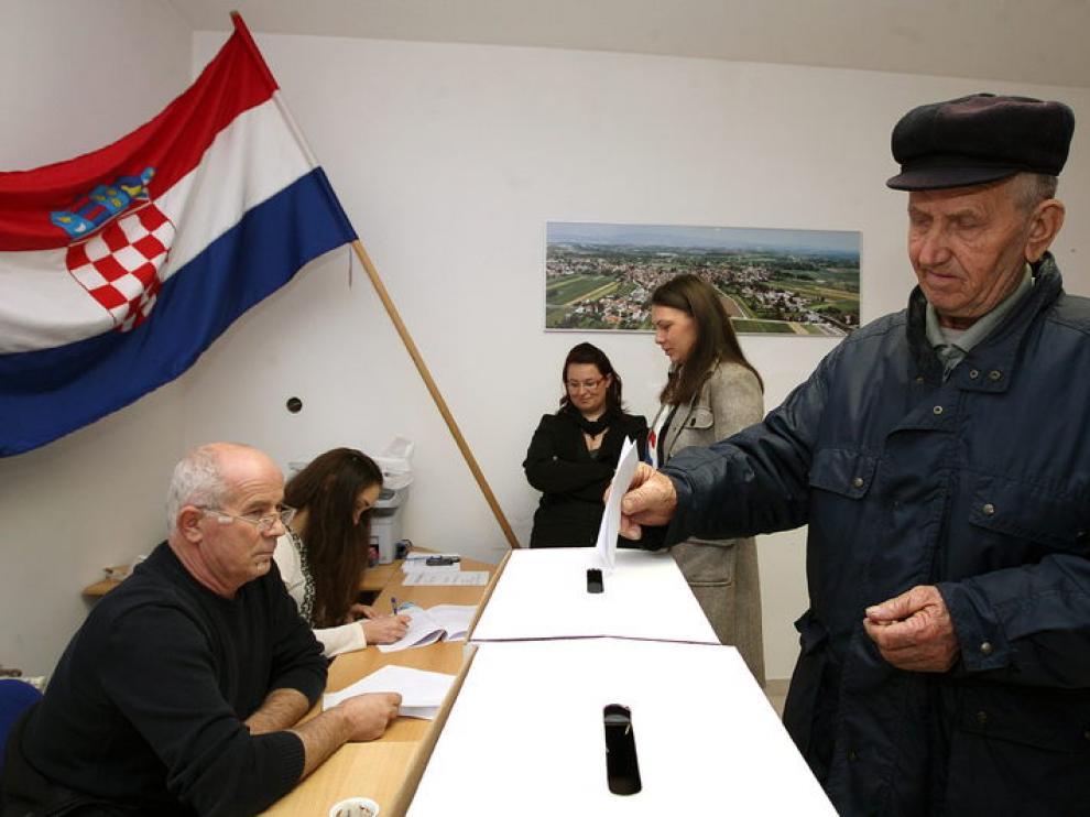 Un hombre vota durante las elecciones parlamentarias que se celebran en su país hoy, domingo 04 de diciembre de 2011, en la aldea de Micevec, en las afueras de Zagreb