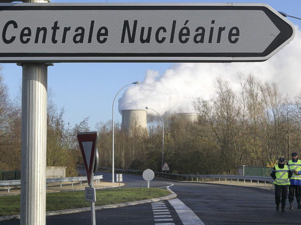 Varios gendarme vigilan el acceso a una central nuclear francesa