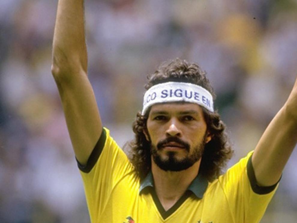 Sócrates vistiendo la camiseta de Brasil