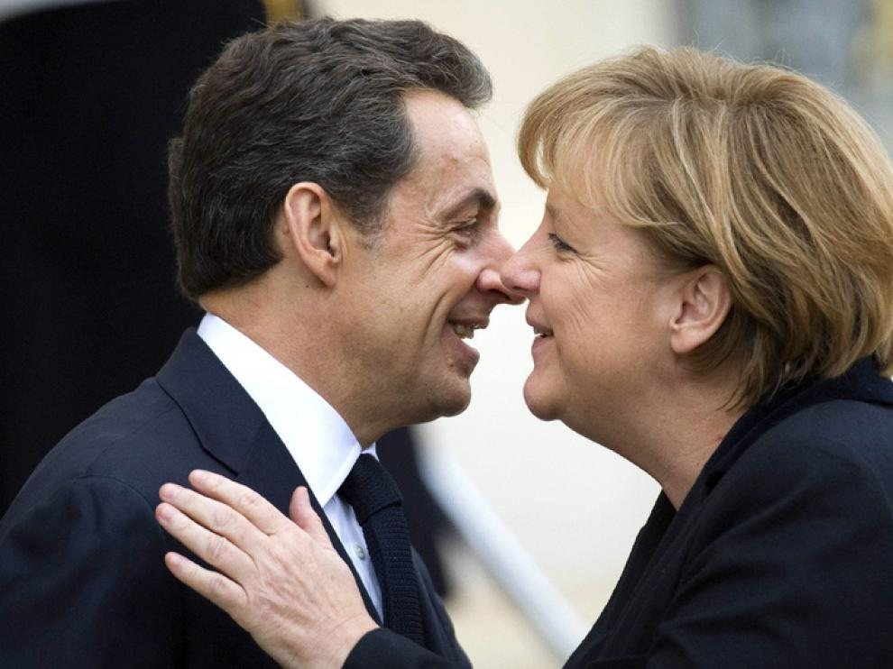 Merkel y Sarkozy se saludan al inicio de su reunión
