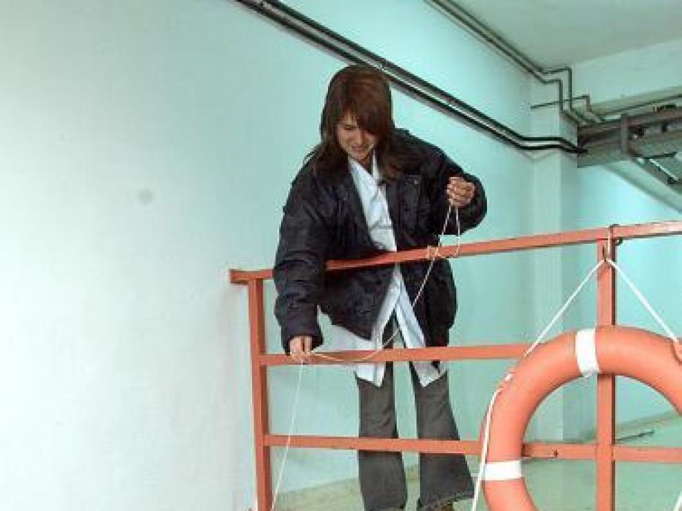 Una operaria toma muestras en la potabilizadora de la ciudad.