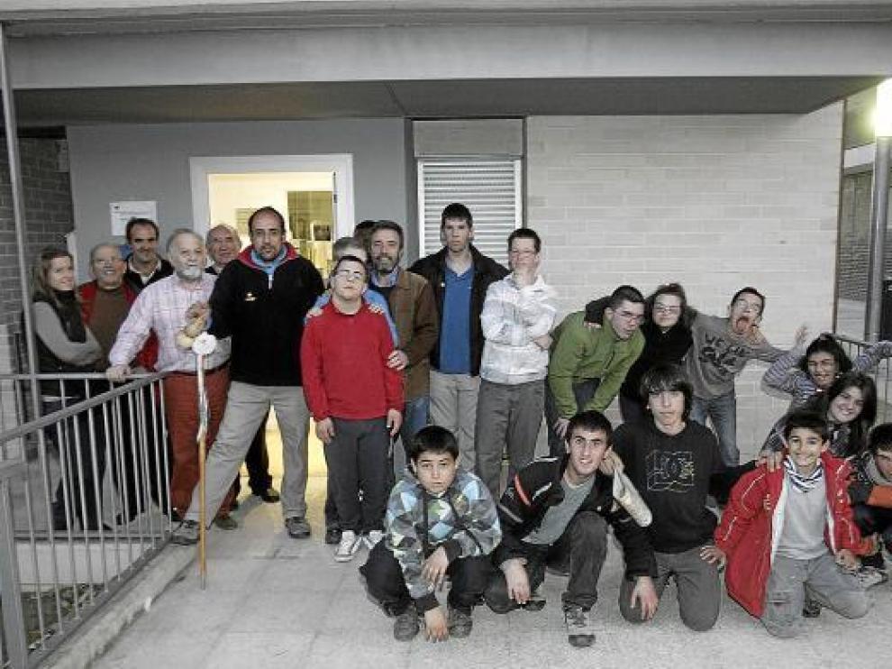 El grupo de la Fundación Crisálida y de la Asociación Down de Huesca ayer en el albergue local.