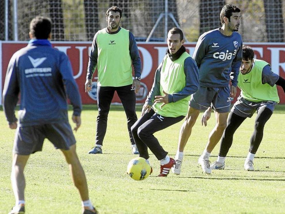 Manu Molina, en el centro de la imagen, en el partidillo disputado en el entrenamiento de ayer.