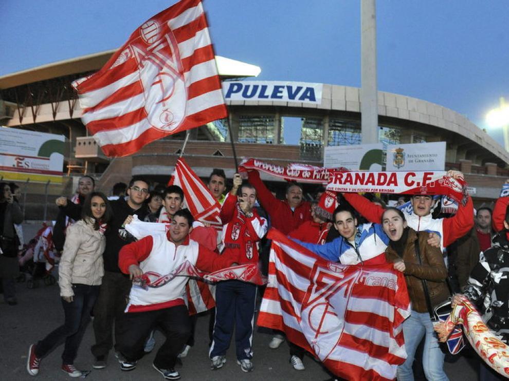 Aficionados del Granada en las afueras del estadio