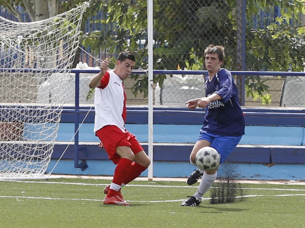 Un jugador del Morata, de azul, en un partido contra el Actur
