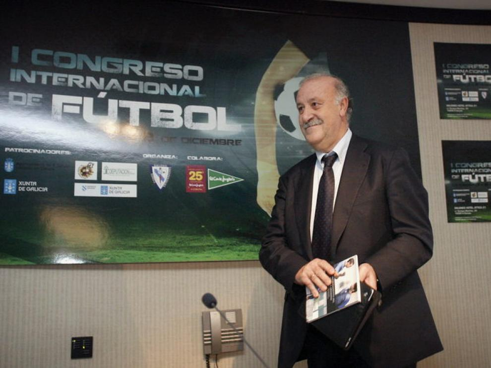 El seleccionador español, Vicente del bosque, durante la conferencia mantenida en A Coruña.