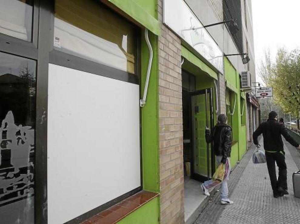 Un panel tapaba ayer por la mañana el ventanal destrozado a pedradas en la cafetería San Martín.