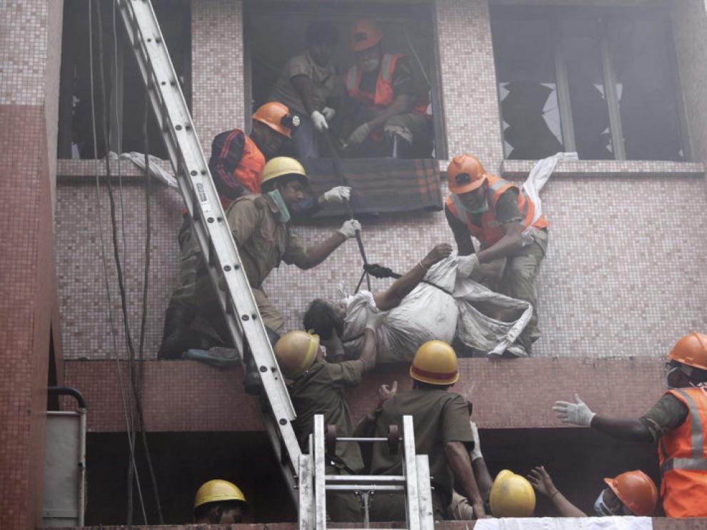 Labores de rescate en el hospital incendiado