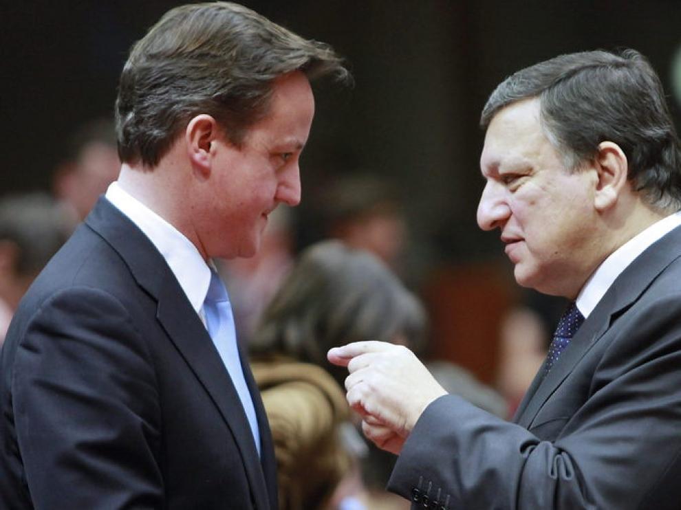 El primer ministro británico, David Cameron, habla con Durao Barroso
