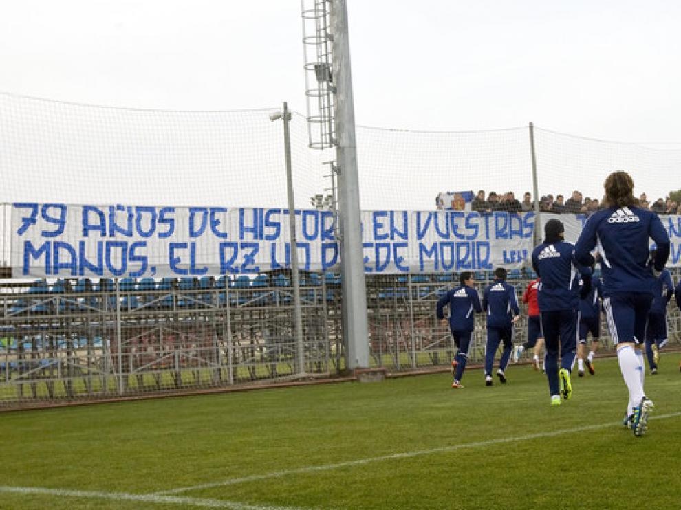 Varios aficionados acudieron al último entrenamiento para manifestar su apoyo a los jugadores y su oposición a los gestores
