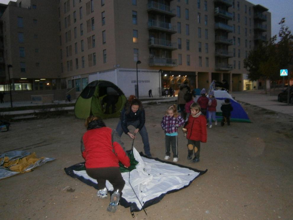 Vecinos de Rosales del Canal montan las tiendas de campaña