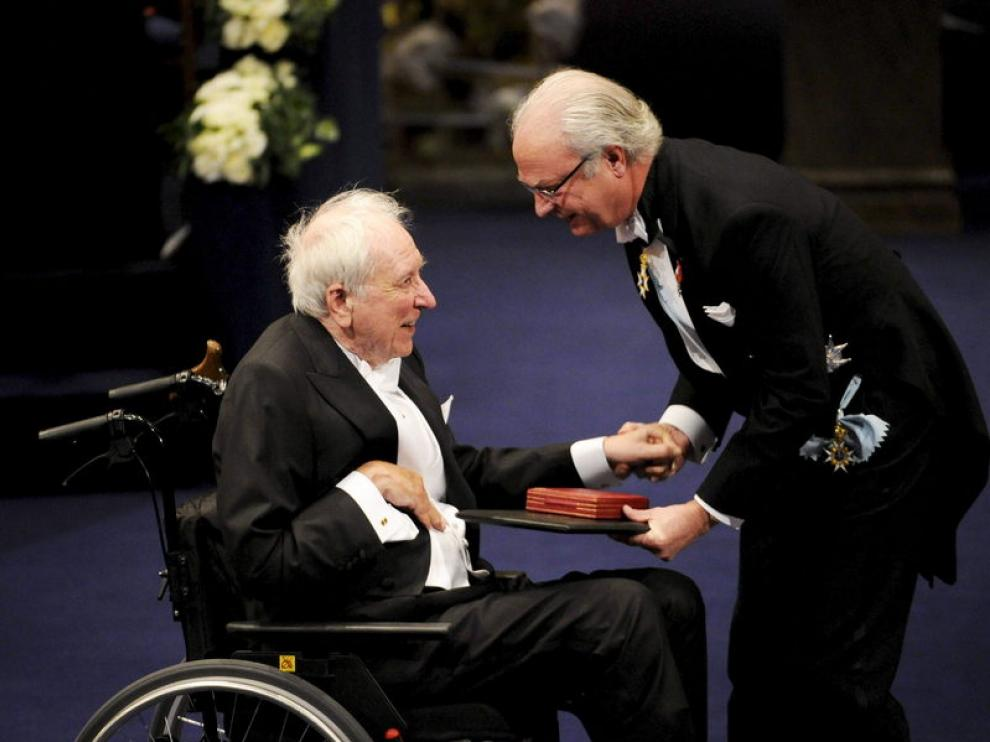 El rey Carlos Gustavo de Suecia saludó cariñosamente Tranströmer en el momento de hacerle entrega de la medalla