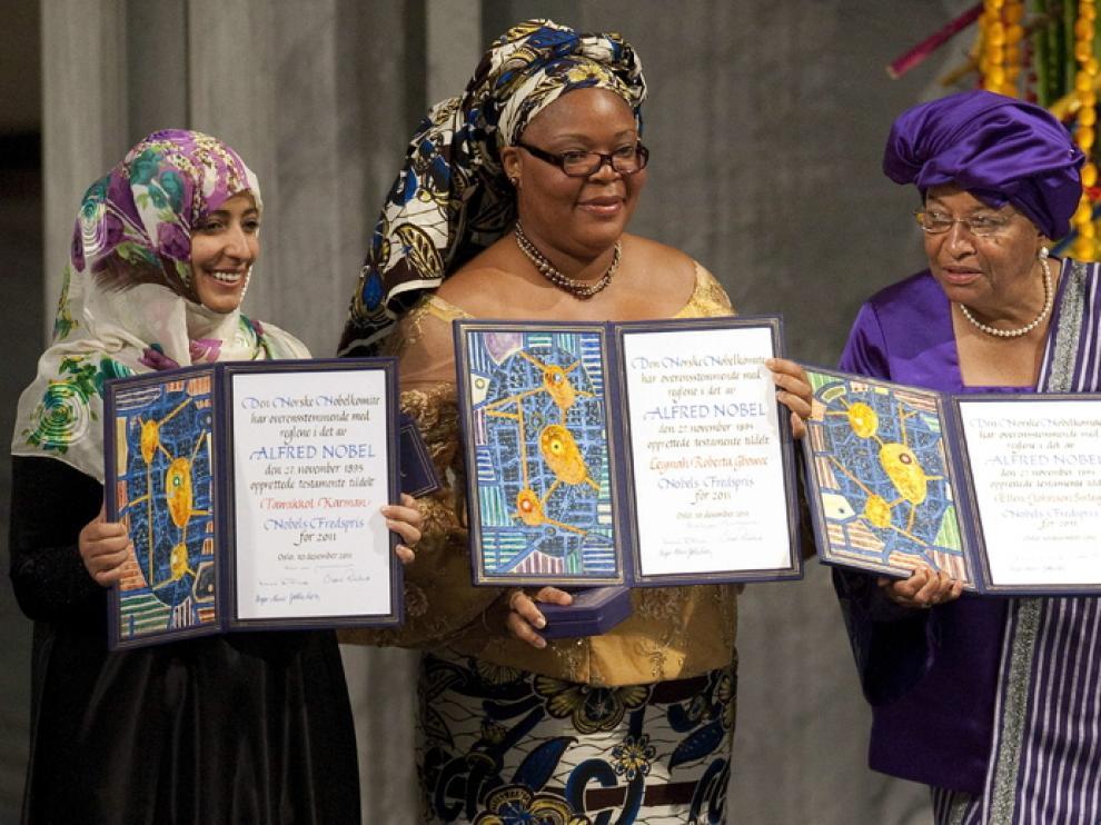 Las tres ganadoras del Nobel de la Paz este año posan con el galardón