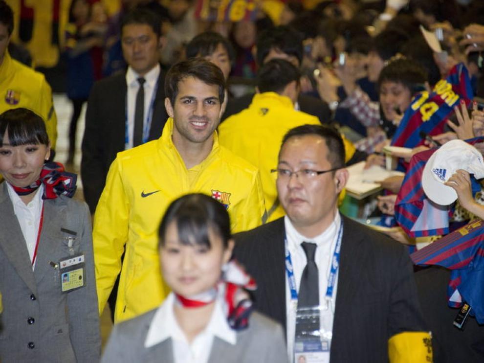 Cesc Fábregas a su llegada al aeropuerto en Japón
