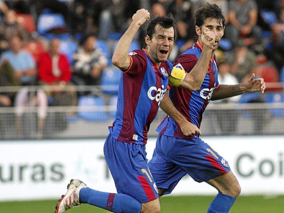 Camacho, que en la imagen celebra su gol al Valladolid, regresará tras cumplir su sanción. Faltará por el mismo motivo Corona