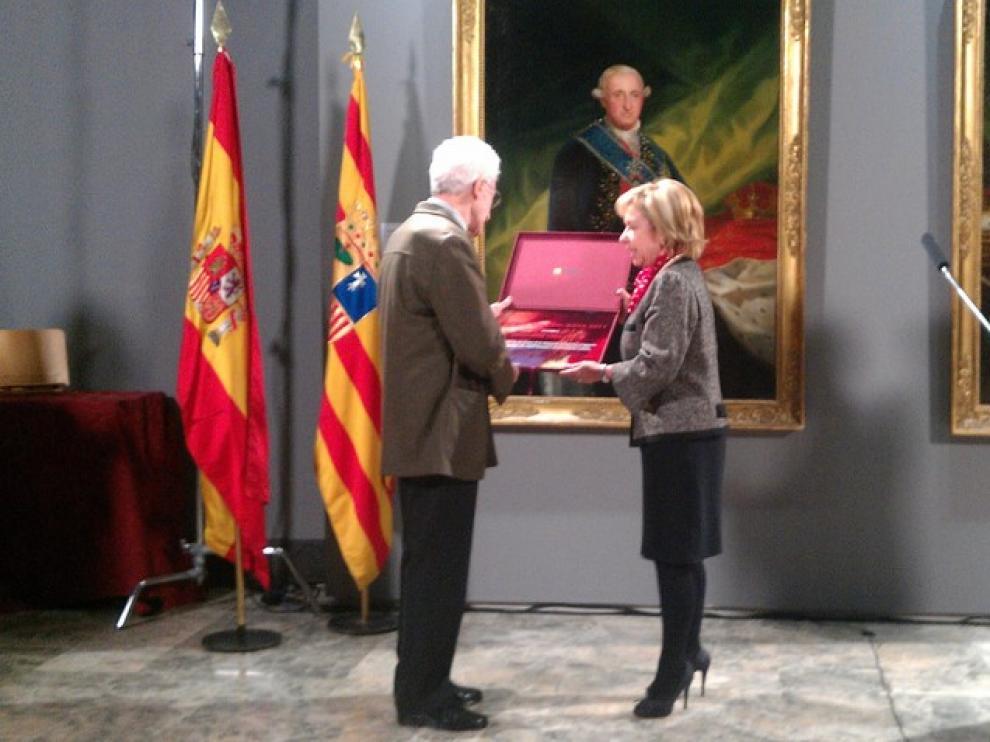Juan José Vera Ayuso recibe el Premio Aragón Goya de manos de la consejera Dolores Serrat
