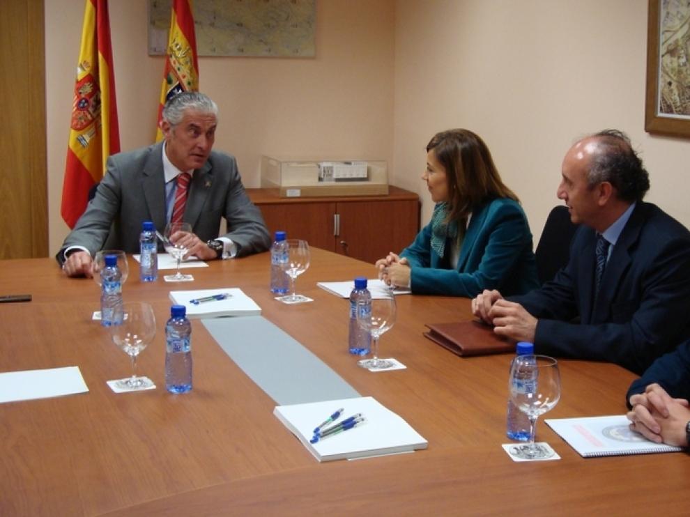 Imagen de la reunión entre Antonio Suárez y Ana Alós