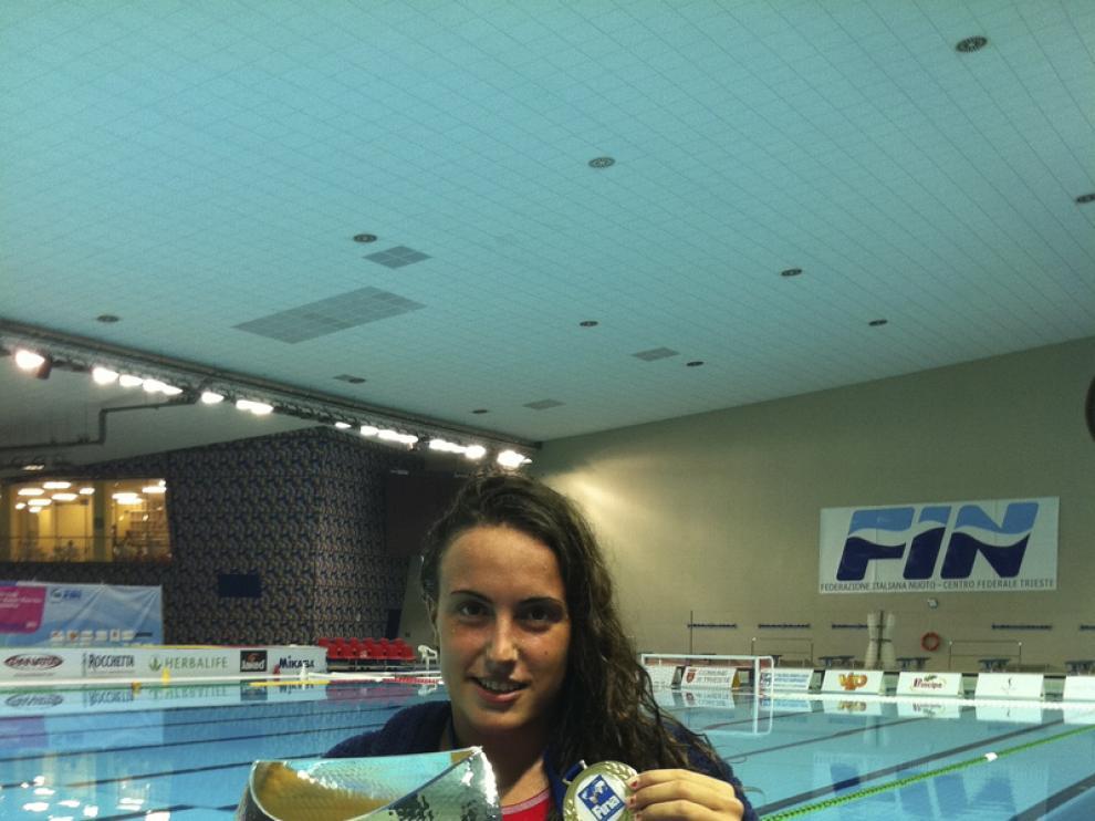 Andrea Blas, con la copa de campeona del mundo júnior