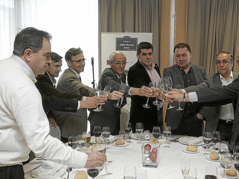 Brindis de la mesa central, con los principales directivos, el concejal de deportes, José María Gella, y otros colaboradores.
