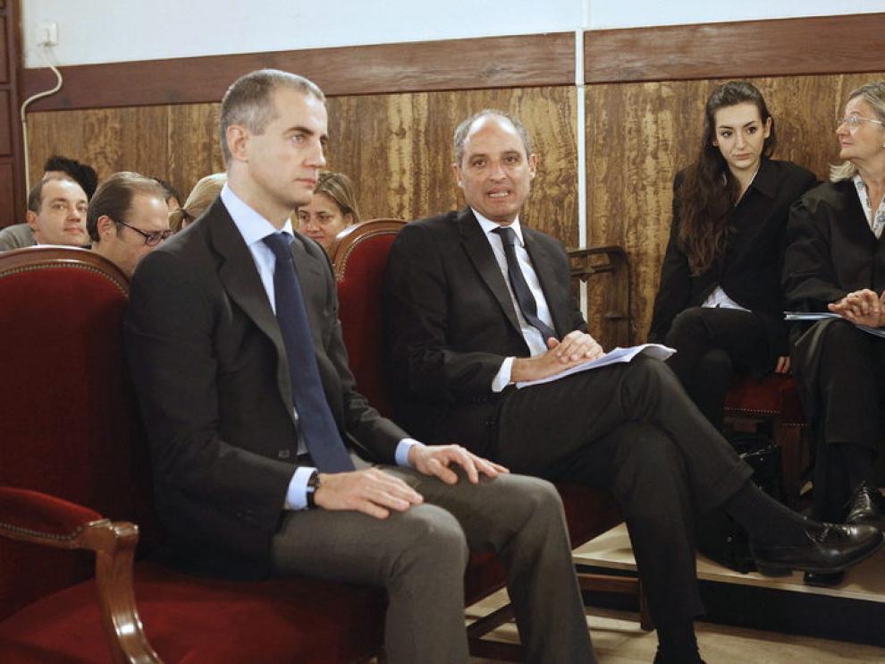 El expresidente de la Generalitat, Francisco Camps (d), y el exsecretario regional del PP, Ricardo Costa