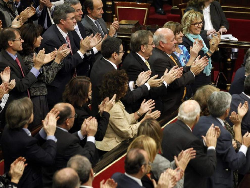 El recién elegido presidente del Senado, Pío García Escudero (d), recibe los aplausos de los senadores