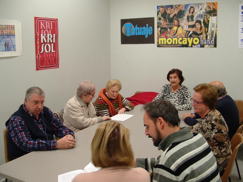Reunión de la junta saliente celebrada ayer en el local social del barrio de San José, con María Pilar Lapieza a la cabecera de la mesa.