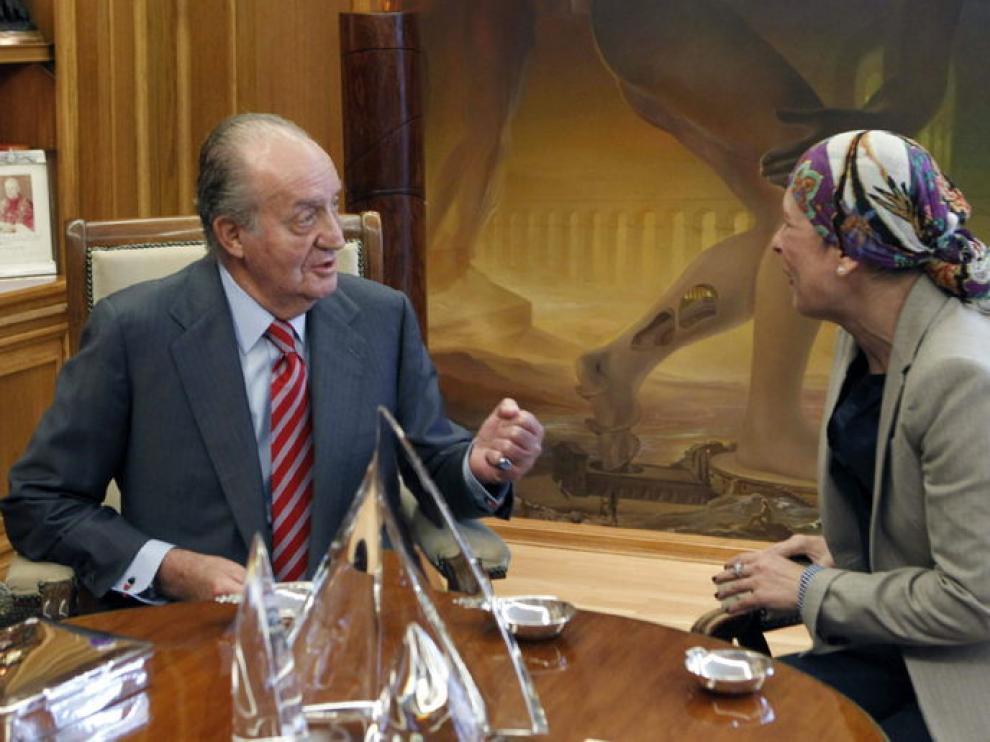 El rey charla con Uxue Barkos, diputada de Geroa Bai