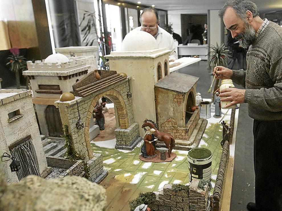 Los especialistas preparan el Belén de la Diputación, que se inaugura mañana.