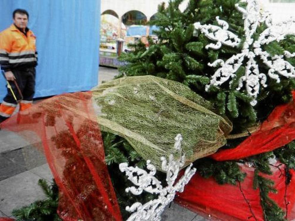 El árbol navideño de la plaza de López Allué apareció ayer roto en el suelo.