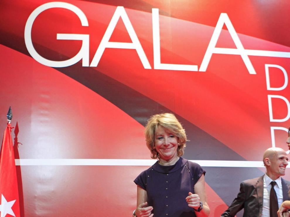 La presidenta de la Comunidad de Madrid, Esperanza Aguirre, posa junto al Trofeo de la Copa Davis