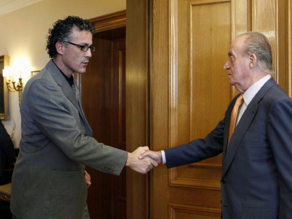 El Rey Juan Carlos saluda al diputado de Amaiur Xabier Mikel Errekondo Saltsamendi