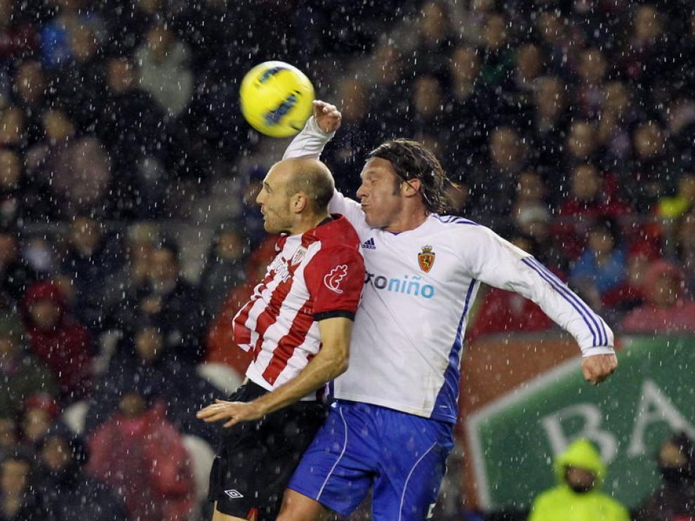 Toquero y Lanzaro luchan un balón de cabeza