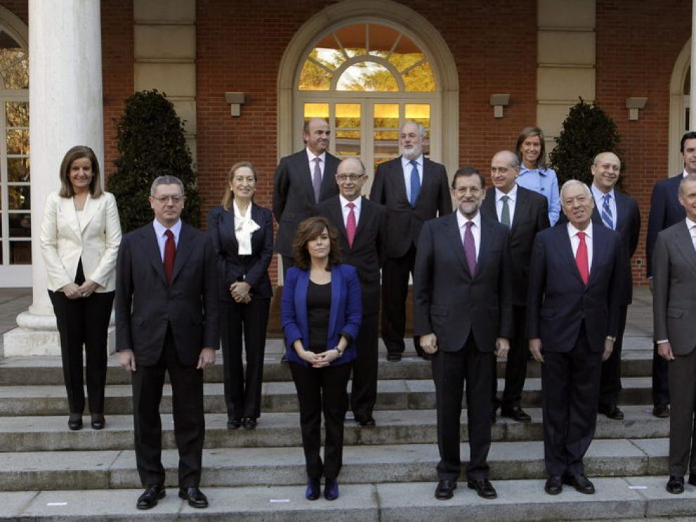 Mariano Rajoy, en el centro, rodeado de los ministros de su gabinete