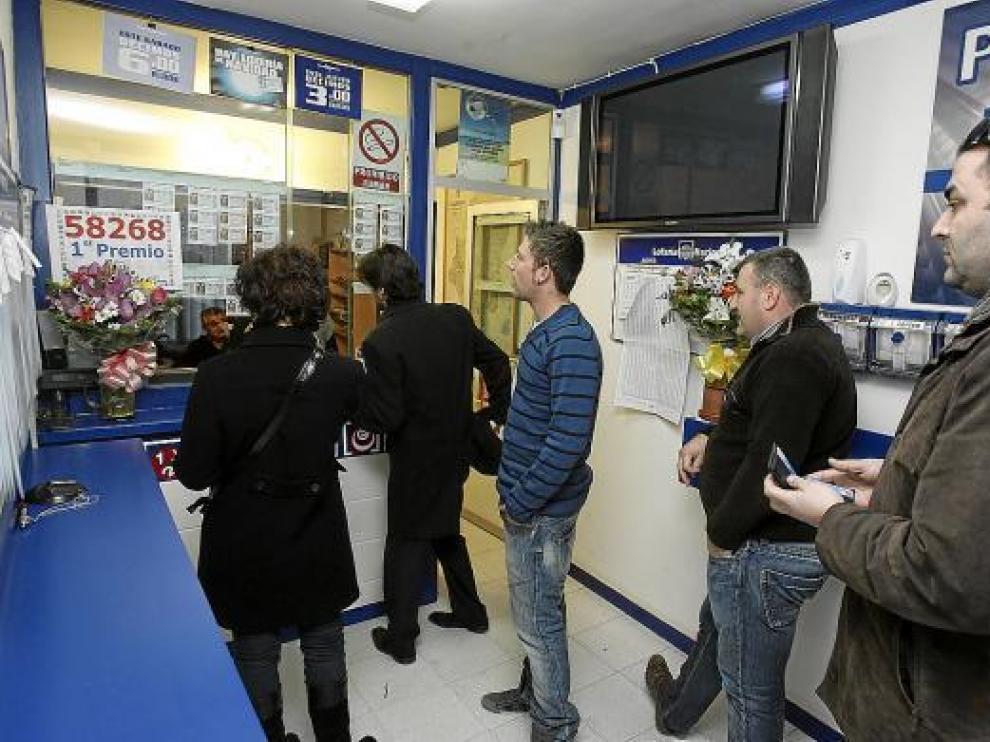 Las clientes hacían ayer cola en la administración de Grañén por si se repite la suerte del Gordo.