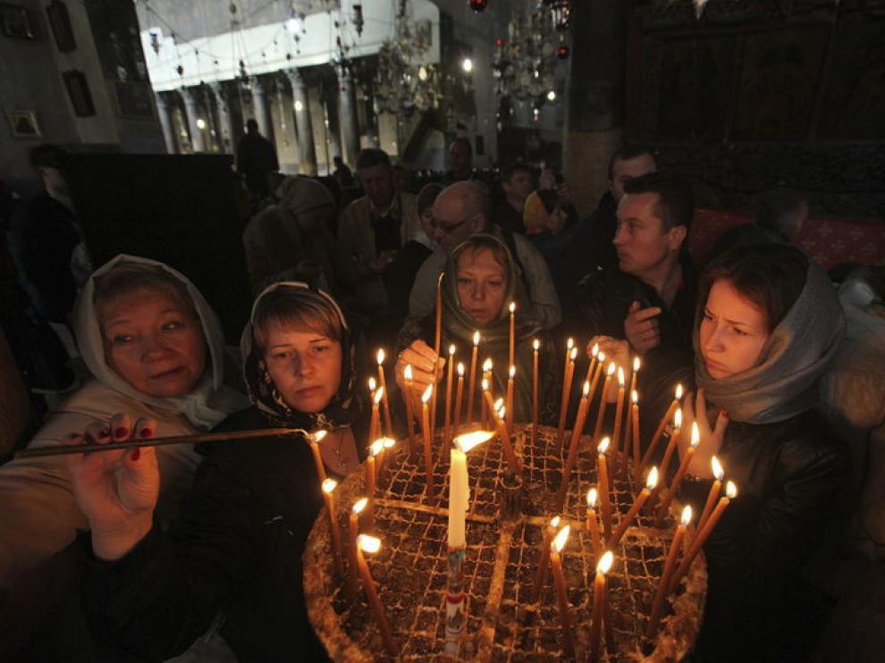 Peregrinos cristianos encienden velas la Basílica de la Natividad,
