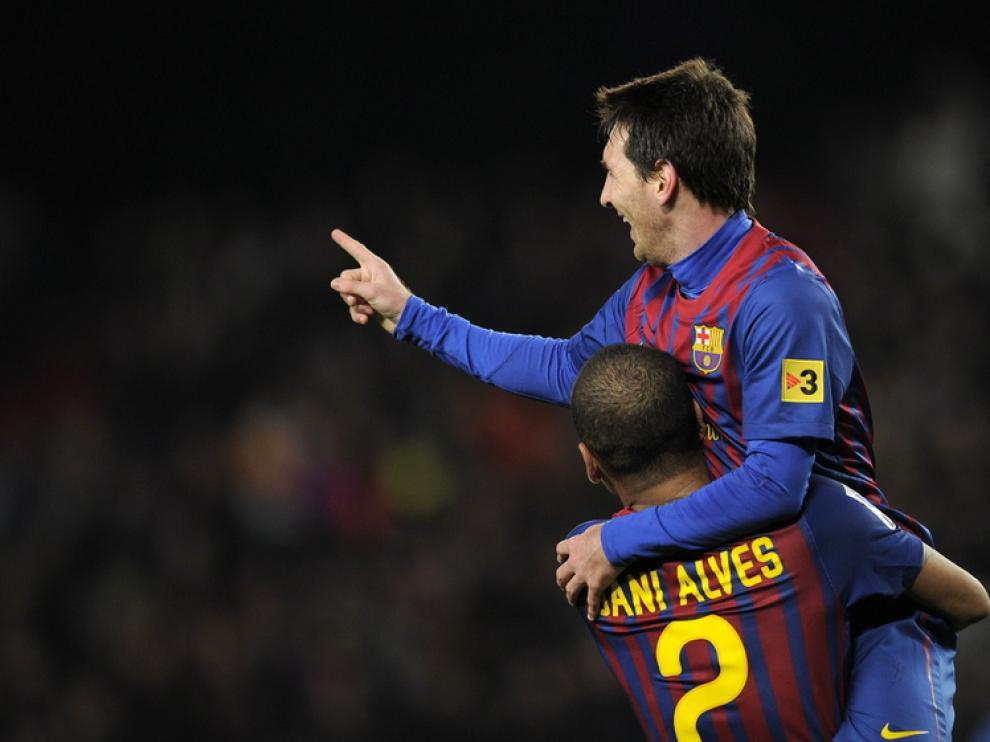 Dani Alves y Messi celebran un gol.