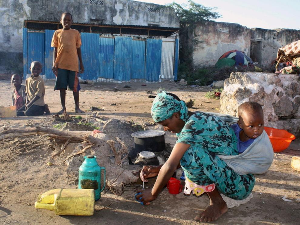 Una madre somalí con su niño a cuestas