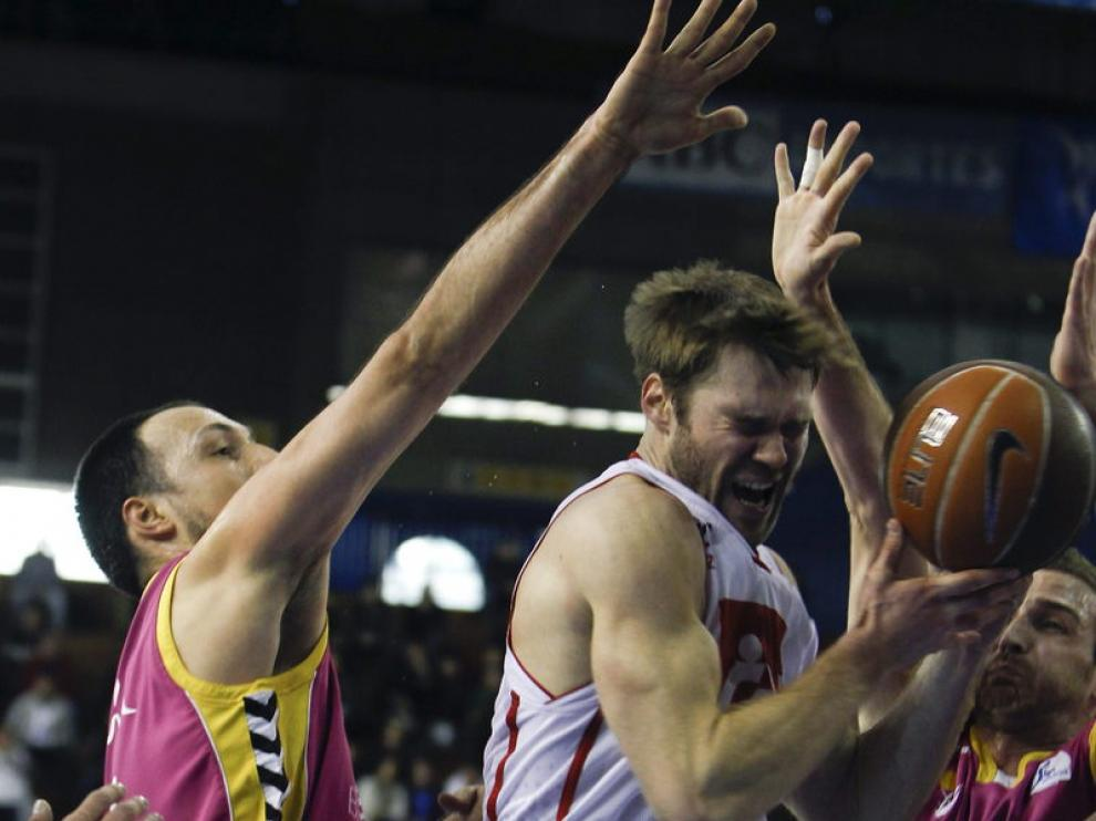 Jon Stefansson (d), del CAI, intenta superar la defensa de Bogdanovic