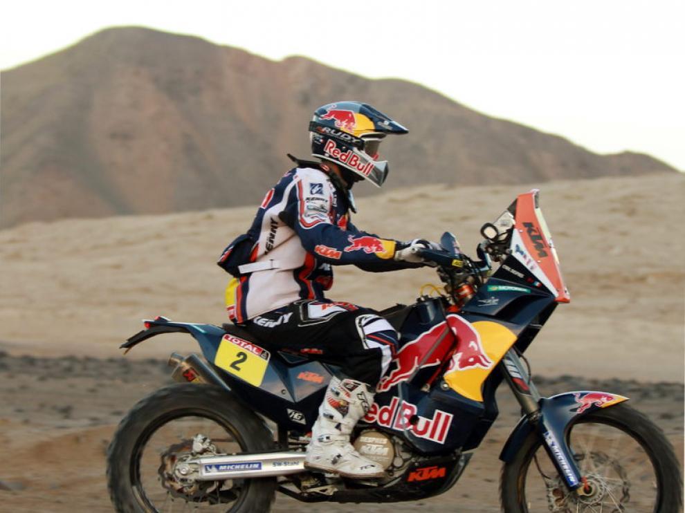 El francés Cyril Despres conduce su moto durante la novena etapa del Dakar