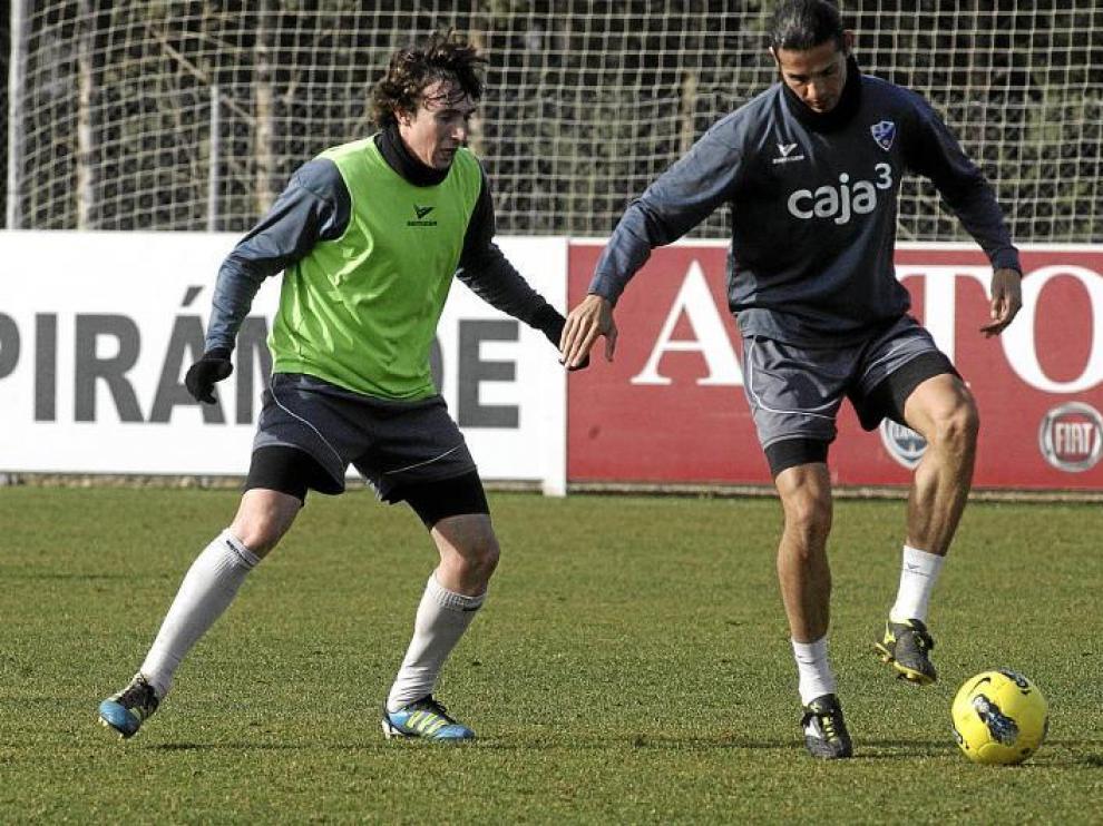 Rubén Garcés presiona a Ochoa durante el entrenamiento de ayer en el Pirámide.