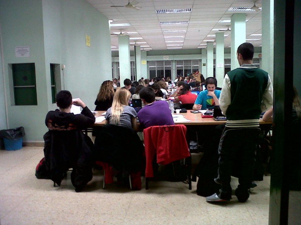 Imagen de la sala de estudio de la Facultad de Filosofía y Letras.