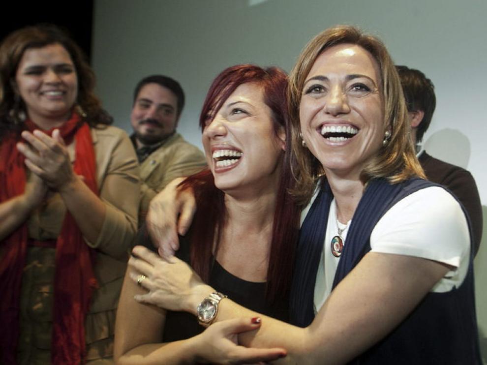 Carme Chacón, abraza a su compañera de partido y senadora por Tenerife, Patricia Hernández